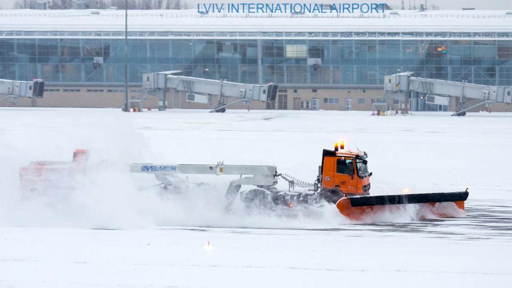 СпецмашиныMercedes-Benz Actros для уборки снега в аэропорту Львов