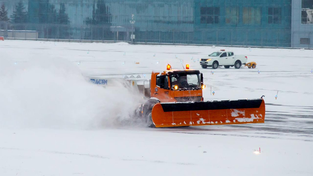 Огромные снегоуборщики работают в связке с небольшим автомобилем Автомобиль Mitsubishi L200