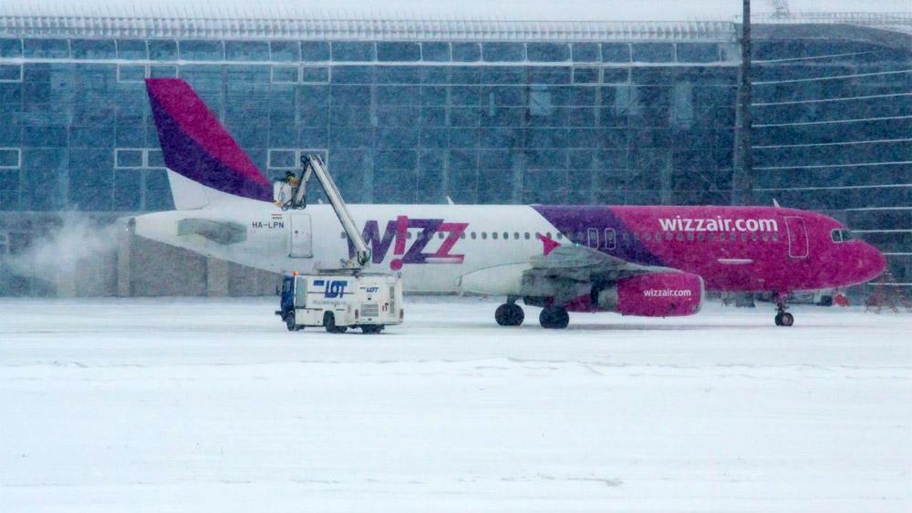 Обработка самолета Airbus A320 противообледенительной жидкостью перед вылетом в аэропорту Львов