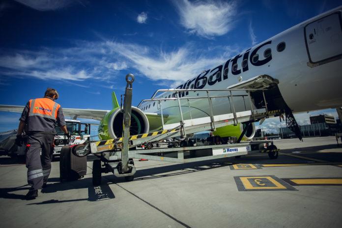 Загрузка багажа в самолет airBaltic