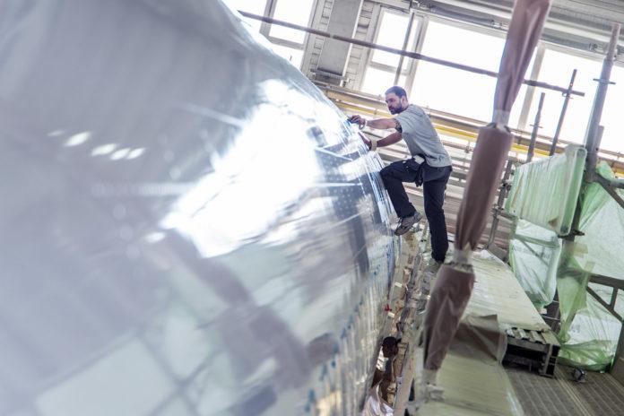 Процесс перекраски самолета Austrian Airlines