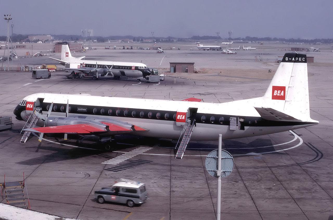 Самолет Vickers Vanguard (G-APEC) авиакомпании BEA в лондонском аэропорту Хитроу в 1965 году