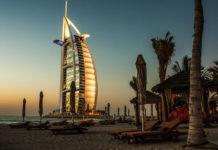 Пляж в Дубае (ОАЭ) с видом на отель Бурдж-аль-Араб