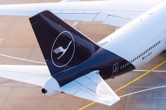 Самолет Lufthansa в новой ливрее