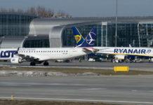 Самолеты Ryanair и LOT в аэропорту Львов