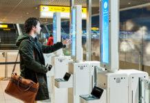 Сканирование лица пассажира и регистрацией его паспорта и посадочного талона в аэропорту Схипхол