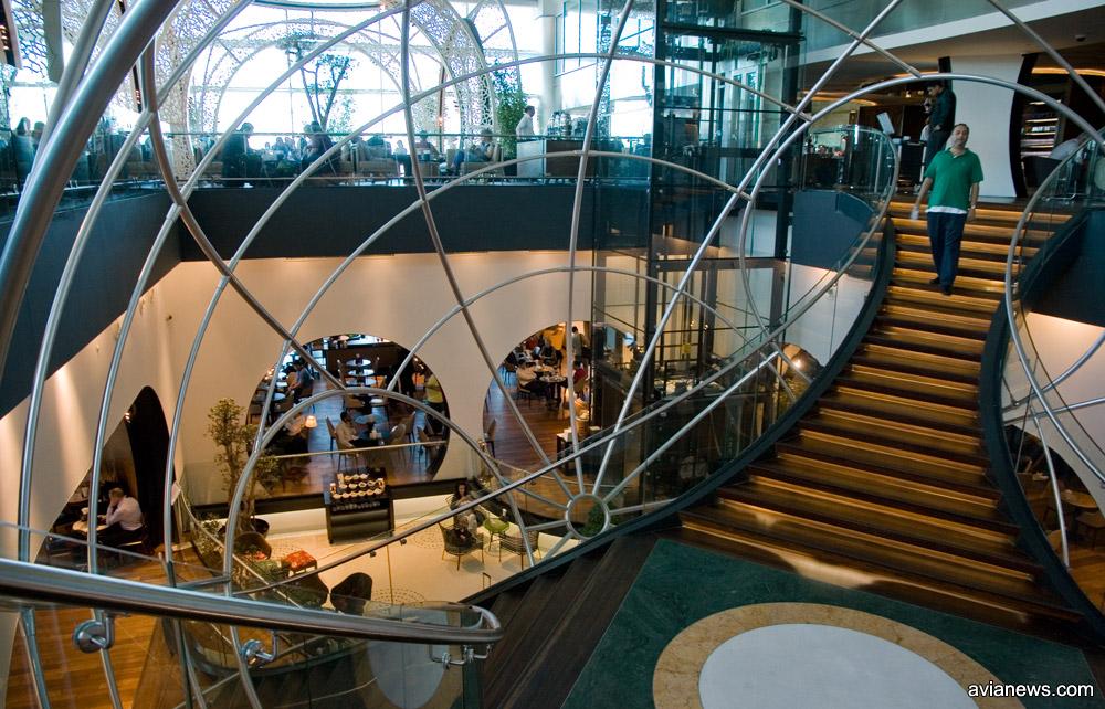 Бизнес-зал Turkish Airlines в аэропорту Ататюрка имеет два уровня и разделен на несколько функциональных зон: отдыха, работы или игровой активности