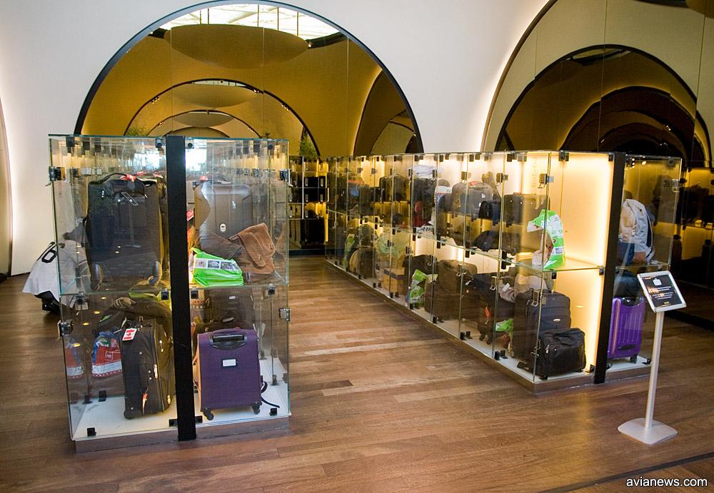 Прозрачные автоматические камеры хранения в бизнес-зале Turkish Airlines в аэропорту Ататюрка