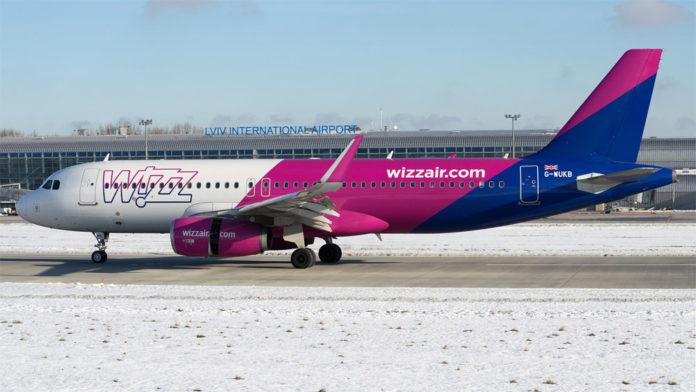Самолет Wizz Air в аэропорту Львов