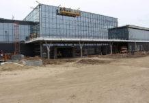 Остекленное здание нового терминала в аэропорту Запорожье
