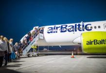 Посадка пассажиров в самолет airBaltic