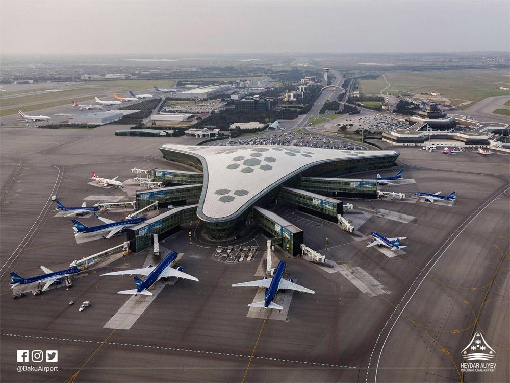 Новый и старый терминалы в аэропорту Баку