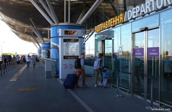 Пассажиры идут на вылет в аэропорту Борисполь, терминал D