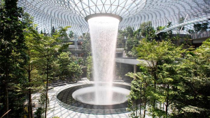 Водопад в аэропорту Сингапура Чанги