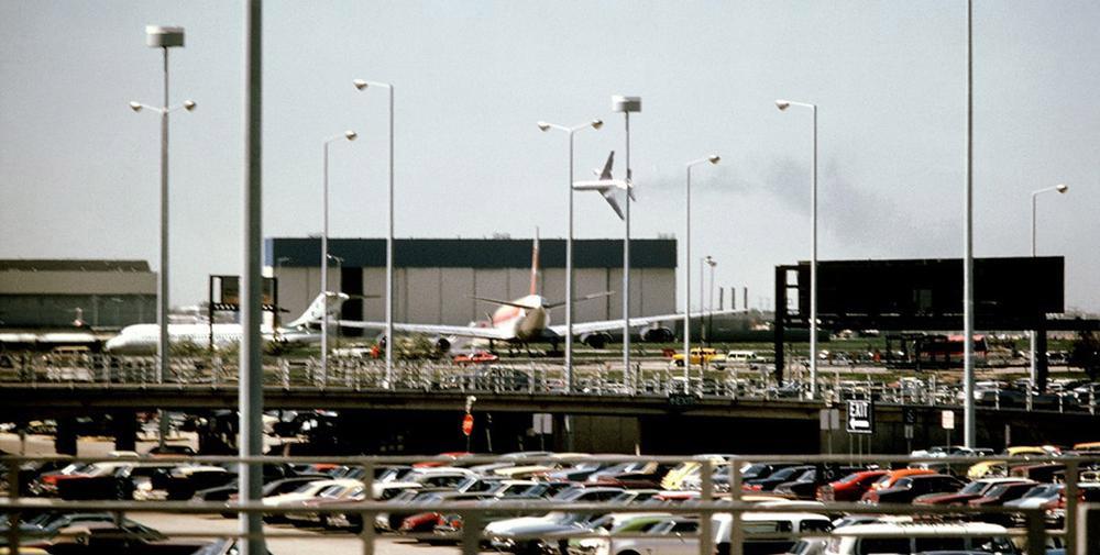 Потерявший левый двигатель DC-10 American Airlines за несколько секунд до катастрофы