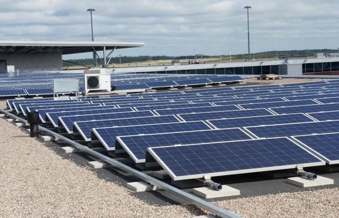 Солнечные панели на крыше терминала в аэропорту Хельсинки Вантаа