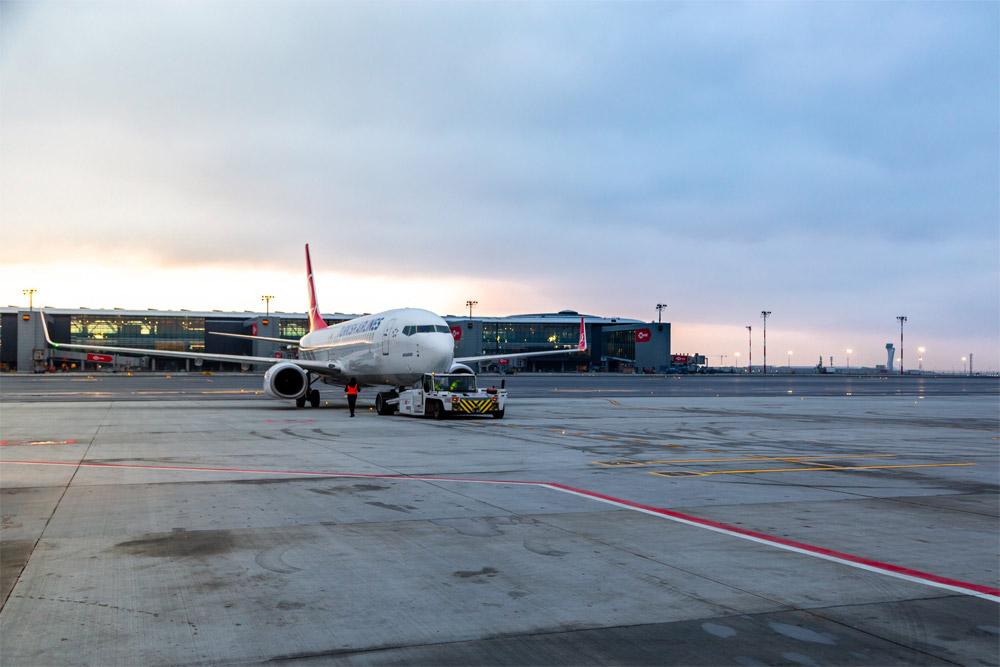 Самолет Turkish Airlines в новом аэропорту Стамбула