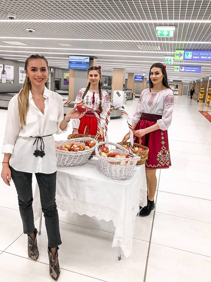 Раздача яблок в аэропорту Кишинева