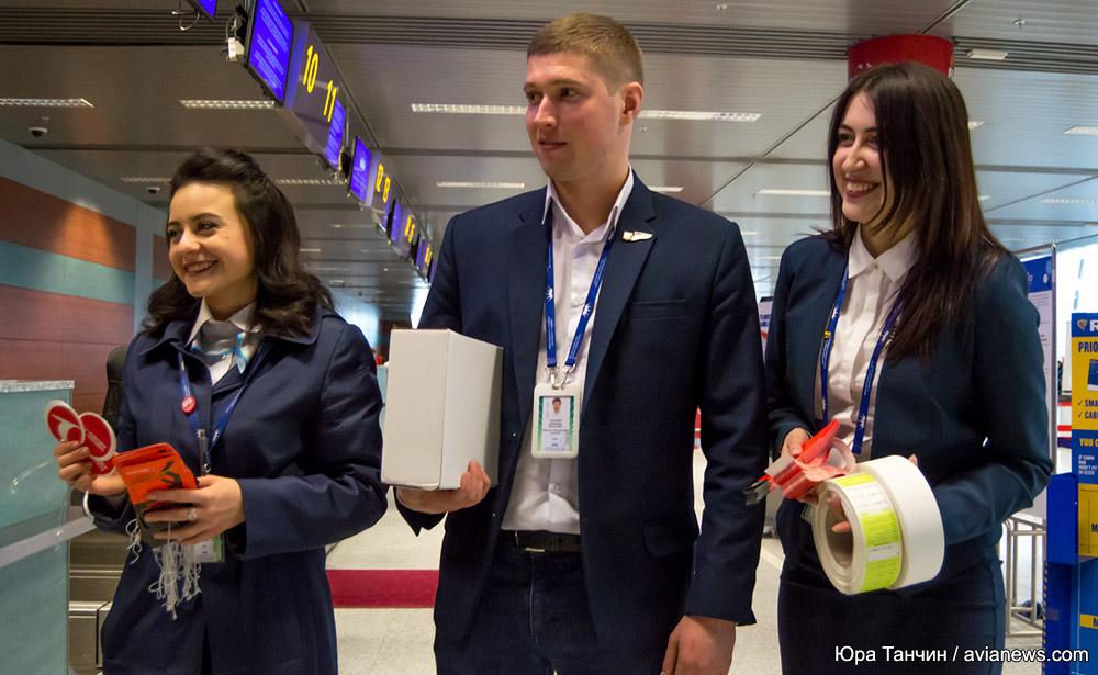 Сотрудники службы организации перевозок в аэропорту Львов