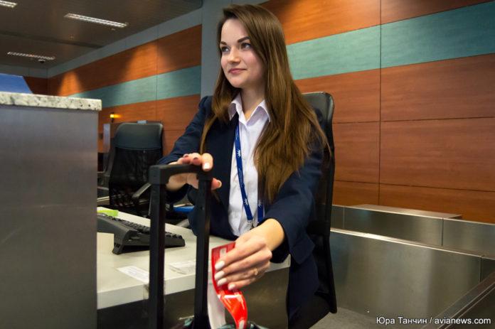Проверка ручной клади на стойке регистрации