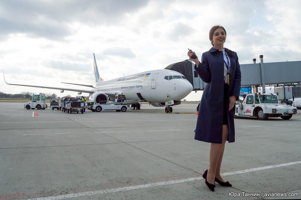 Сотрудник службы организации перевозок в аэропорту Львов