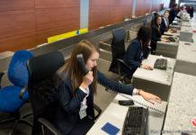 Сотрудники службы организации перевозок на стойках регистрации в аэропорту Львов