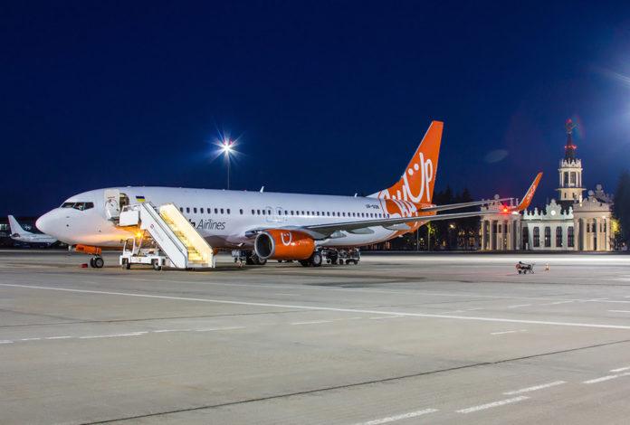 Самолет SkyUp в аэропорту Харьков