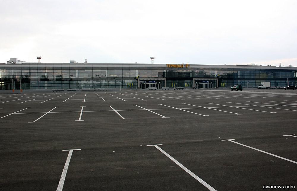 Автостоянка перед терминалом F в аэропорту Борисполь