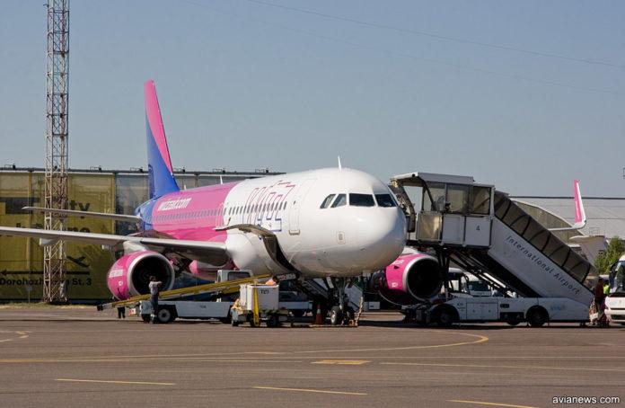 Посадка пассажиров в самолет Airbus A320 Wizz Air