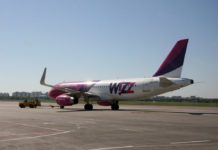 Буксировка самолета Airbus A320 Wizz Air.