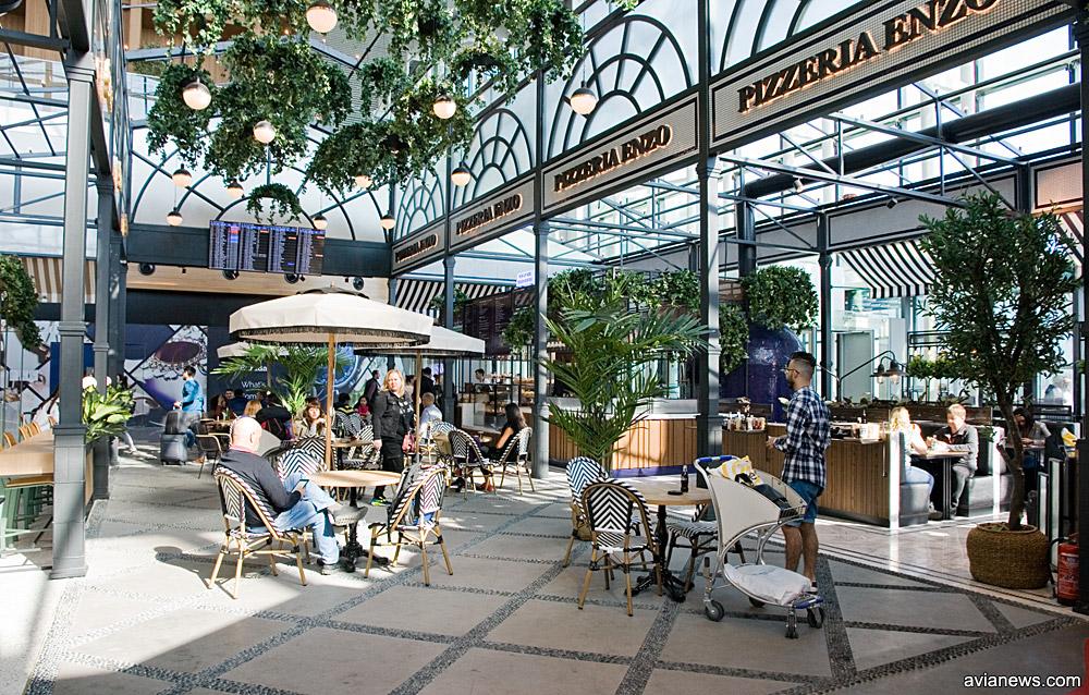 Внутренний дворик в кафе в новом аэропорту Стамбула