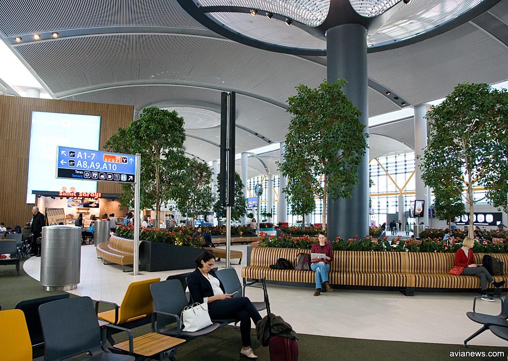 Парк в галерее вылета в новом аэропорту Стамбула