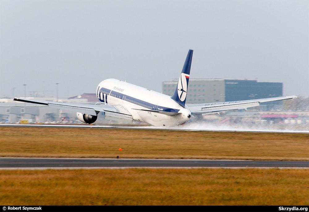 Посадка Boeing 767-300ER LOT в аэропорту Варшавы без выпущенных стоек шасси 1 ноября 2011 года