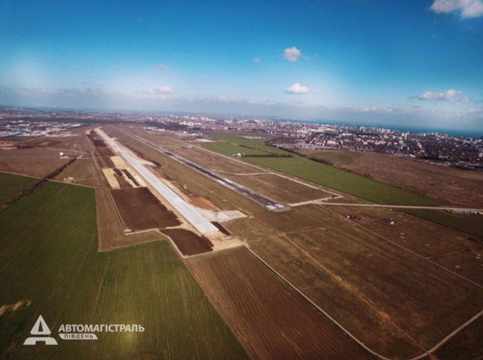 Вид с высоты на строительство новой полосы в аэропорту Одесса. Апрель 2019 года