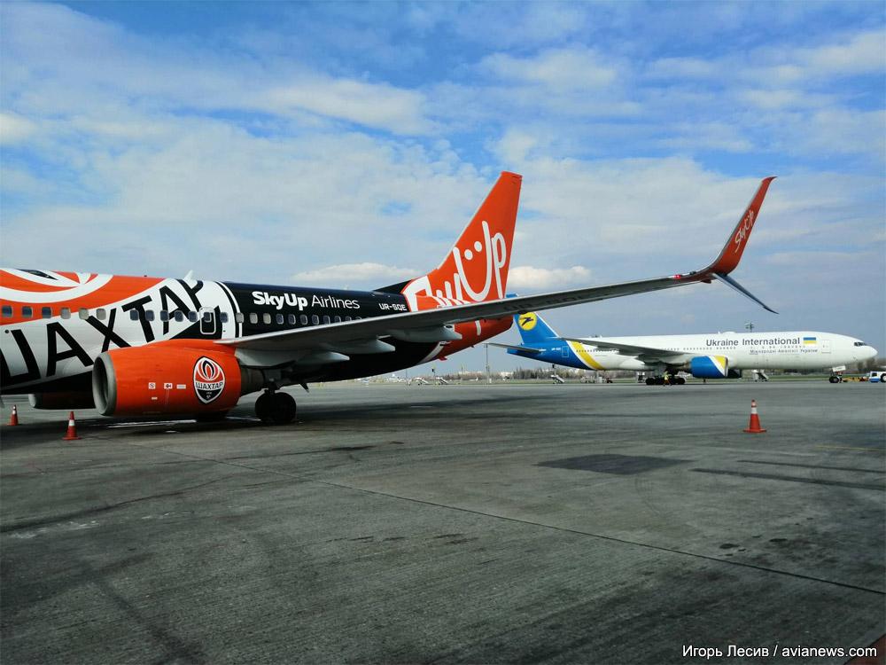 Boeing 737-700 SkyUp в специальной ливрее футбольного клуба Шахтер. Самолет оснащен сдвоенными заканцовками крыла для уменьшения потребления топлива