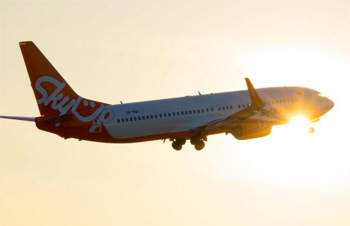 Взлет самолета Boeing 737-800 авиакомпании SkyUp