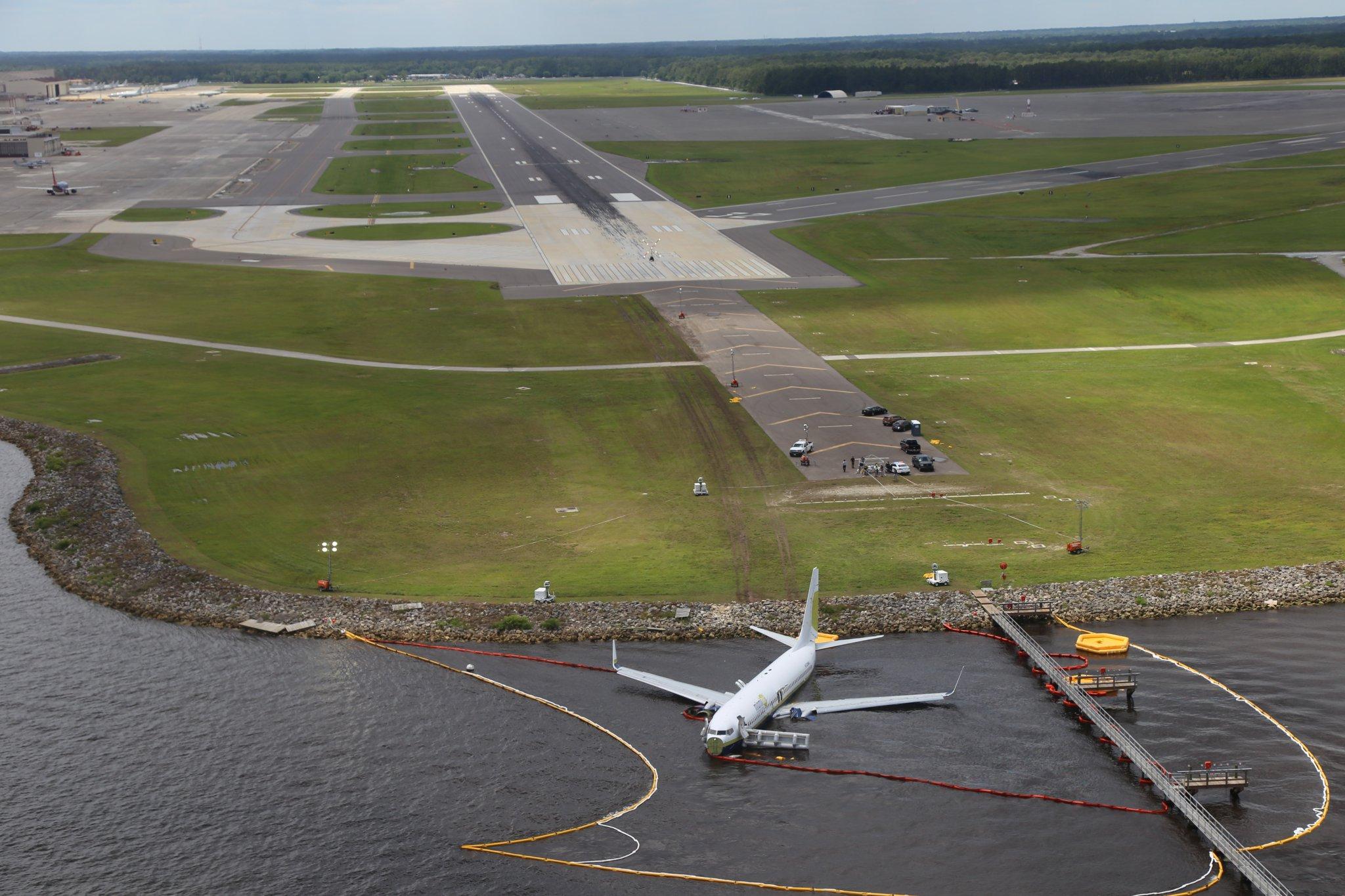 Выкатившийся Boeing 737-800 Miami Air International