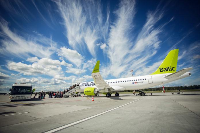 Посадка пассажиров в самолет Airbus A220-300 airBaltic