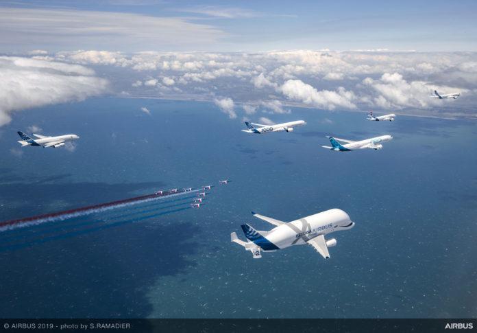 Совместный полет самолетов Airbus над Францией в сопровождении пилотажной группы