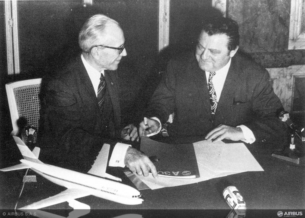 Министр транспорта Франции Жан Шаман и министр экономики Германии Карл Шиллер 29 мая 1969 года подписывают соглашение о запуске совместной программы по созданию самолета A300