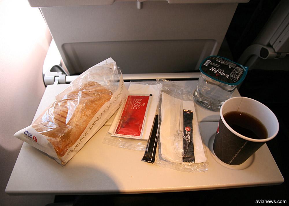 Горячий сэндвич. Питание на внутреннем рейсе Бодрум-Стамбул Turkish Airlines