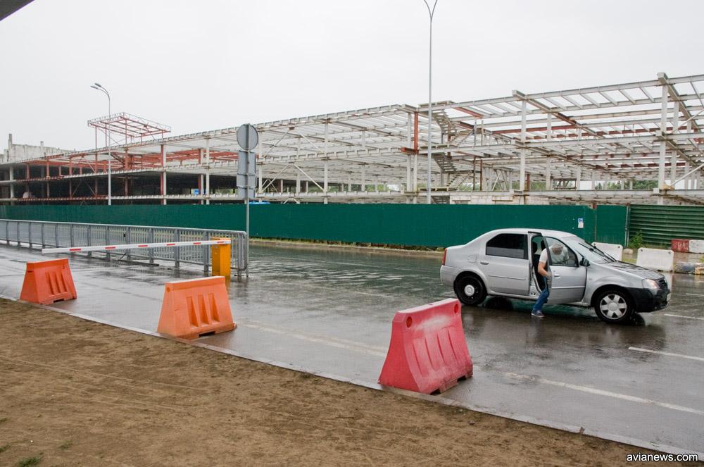 Чтобы забрать пассажиров, автомобили останавливаются посреди трассы в конце забора