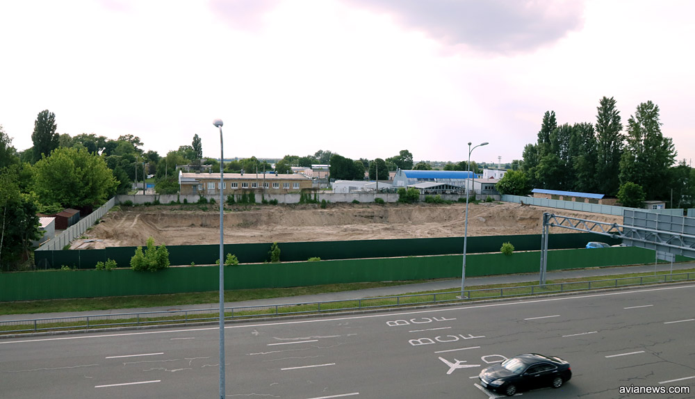 Котлован на месте будущего отеля напротив паркинга рядом с терминалом D в аэропорту Борисполь