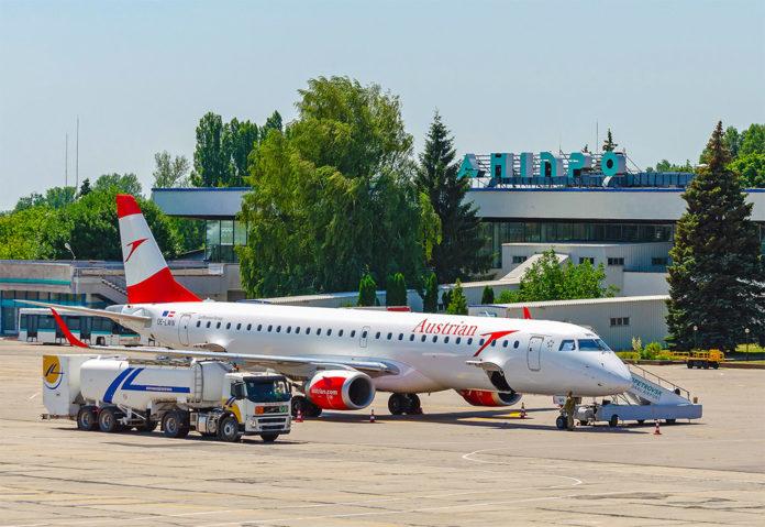 Самолет Austrian Airlines в аэропорту Днепропетровск