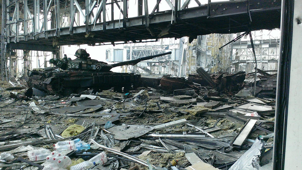 Танк под галереей телетрапа в аэропорту Донецк. 2014 год