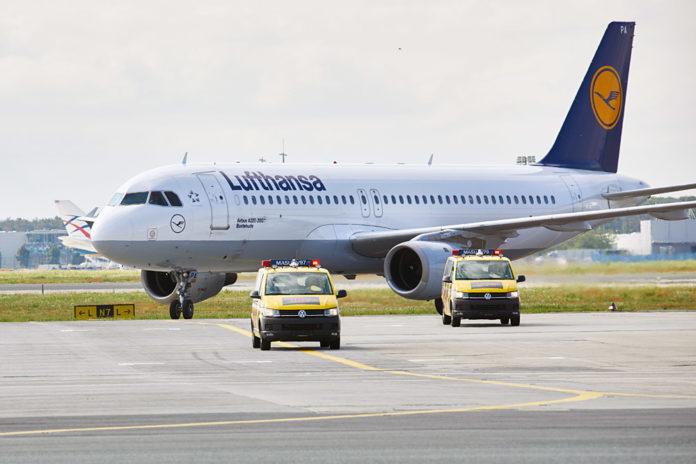 Наземная техника встречает Airbus A320 Lufthansa Papa Alpha