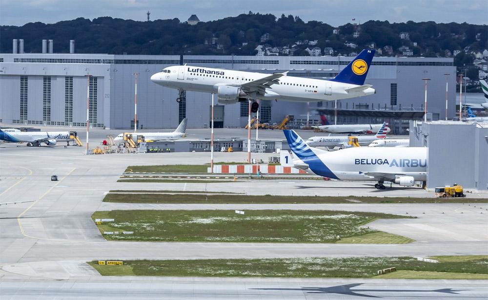 Прощальный пролет A320 Lufthansa Papa Alpha над аэродромом Airbus в Гамбурге