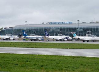 Перрон с самолетами у нового терминала в аэропорту Львов