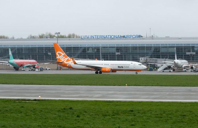 Самолеты авиакомпаний SkyUp и