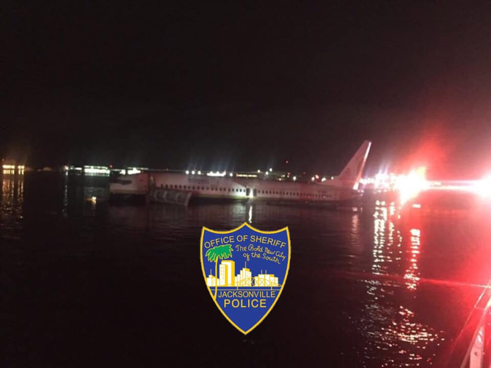 Boeing 737-800 Miami Air International, выкатившийся в реку Сент-Джонс